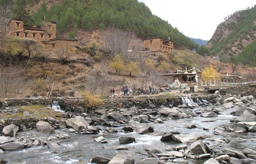 The study area includes deep valleys and isolated villages all located in the pine, Himalayan oak and spruce tree belt of the altitude forest of the spurs of the Tibetan plateau.